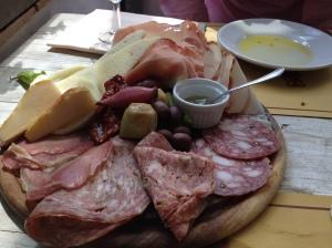 Un dîner typique servi à la Cantinetta di Rignana : viandes froides, fromage frais, olives, huile et pain.
