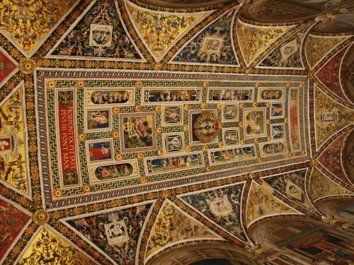 Les fresques du plafond à l'intérieur du Duomo