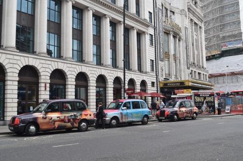 Chaque couleur de taxi représente une compagnie particulière. Je me demande bien à quelle compagnie ces trois taxis appartiennent...