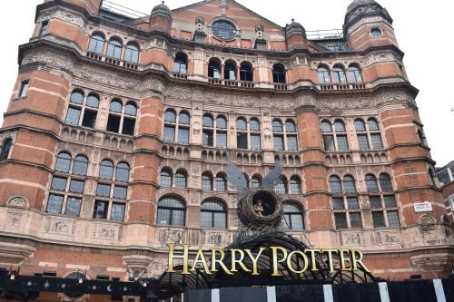 On se rappelle qu'Harry Potter a vécu à Londres quand on voit qu'il est impossible d'acheter des billets avant UN AN pour la comédie musicale qui commence aujourd'hui même. Le lancement du nouveau roman portant le même nom vient justement de faire fureur dans la capitale : les librairies étaient restées ouvertes bien passé 21 heures afin de vendre ce fameux livre tant attendu.