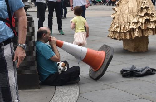 À Londres, les cônes oranges servent aussi d'instrument de musique!