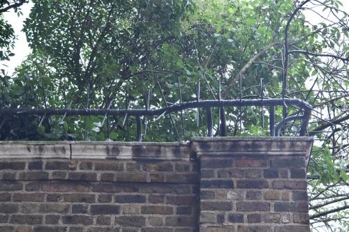 Sur les remparts de pierre contournant le palais, on peut remarquer les pics décourageant les intrus à infiltrer son enceinte.
