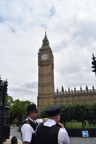 Communément appelée le Big Ben, cette énorme horloge est annexée au parlement de Londres. On remarque aussi des policiers chargés de surveiller les lieux touristiques. Pourquoi l'un porte-t-il un chapeau haut-de-forme et l'autre pas? Cela fait partie des mystères non résolus...